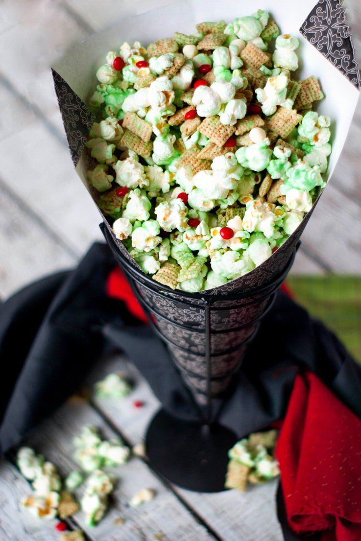 How the Grinch Crunched Christmas Popcorn Mix | heatherlikesfood.com