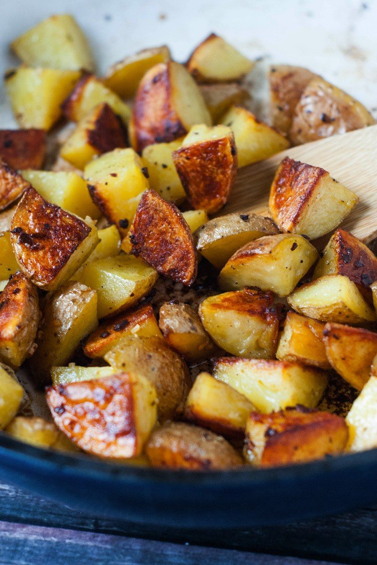Super Crispy Oven Roasted Garlic Potatoes | heatherlikesfood.com