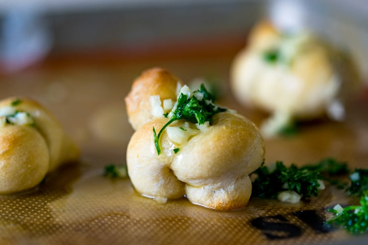These garlic knots are the easiest thing ever! 4 ingredients and 20 minutes = some seriously addicting, breath-mangling bites. (The bad breath is SO worth it)